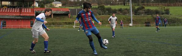 Vidal controlando un balón en un partido frente al Oza dos Ríos