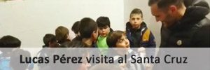 Lucas Pérez visita de incógnito a los niños del Santa Cruz CF